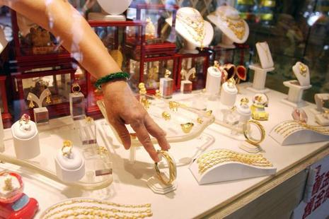Gold prices fall tracking a weak trend overseas and drop in demand from local jewellers. Photo: AFP