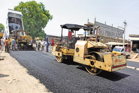 Between April 2016-January 2017, NHAI has awarded 50 projects spanning about 2,914km, according to its website. It had a target of awarding 15,000km road projects for FY17. Photo: Mint