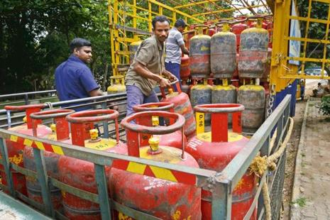 Instead of using fortnightly average, pump rates will reflect daily movement in international oil prices and rupee-US dollar fluctuations. Photo: Mint