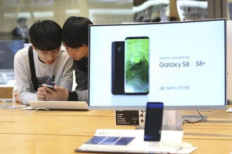 The IDC report points that the discounts and deals on the Galaxy S7 and S7 Edge allowed Samsung to clear out the inventory. Photo: AP