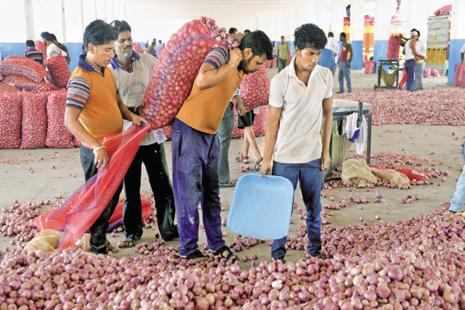 Farmers at Mandsaur mandi in Madhya Pradesh. Anger among farmers rose after 8 November, when traders started making electronic payments instead of paying in cash.  Photo: Abhijit Bhatlekar/Mint