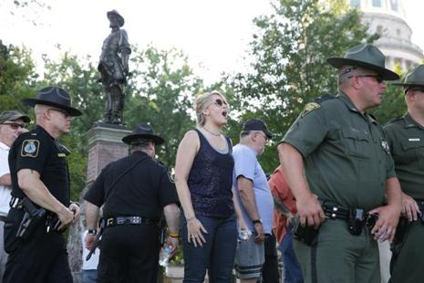 Less than 30 people, both supporters and opponents of the statues removal order, congregated after midnight behind barricades near the statues. Photo: Reuters