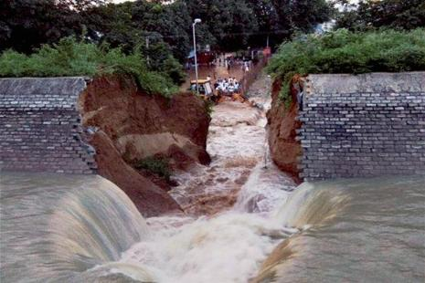 The wall of Kohalgaon dam which collapsed during the trial run and inundated nearby areas of Bhagalpur on Wednesday, ahead of its scheduled inauguration by Bihar CM Nitish Kumar. Photo: PTI