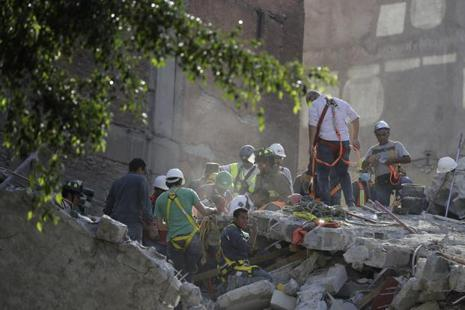 A man calls for a gas mask as rescue workers search for people trapped in the rubble of a collapsed building in the Condesa neighbourhood of Mexico City on Tuesday. Photo: AP