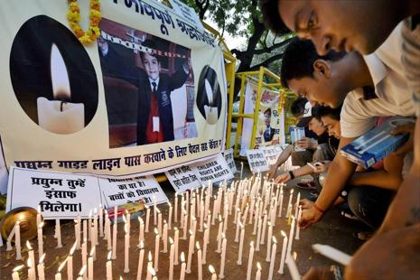 Students take out a candle march to pay tributes and demand justice for Pradhyumn Thakur, who was found murdered in Ryan International School in Gurugram. Photo: PTI