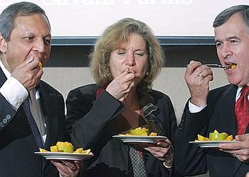 US Agriculture Secretary Mike Johanns (R), US Trade Representative Susan Schwab and Indian Ambassador Ronen Sen eat Indian mangoes at the Commerce Department in Washington 01 May 2007