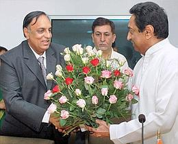 Minister for Commerce and Industry, Kamal Nath  (R) with Ganesh Kumar Gupta, president, Federation of Indian Export Organisations (L), in New Delhi on 13 June 2007.