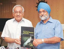 Planning Commission deputy chairman Montek Singh Ahluwalia and member Kirit Parikh releasing a report on groundwater management and ownership in New Delhi on Tuesday
