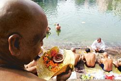 People carrying out shraadh ceremonies on the banks of Banganga in Mumbai