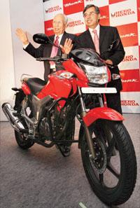 Hero Honda chairman Brijmohan Lall (left) and MD director Pawan Munjal with the company's latest offering, the Hunk