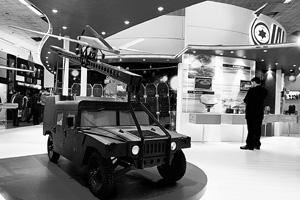 Hardware: A visitor at Israel's defence systems stall at the fifth land and naval systems Defence Expo 2008 in New Delhi.