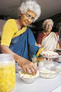 Padma Srinivasan and Jayalaxmi make pizzas at lunch for hungry MNC workers. (Hemant Mishra / Mint)