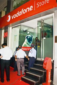 Thin crowd: Only three people turned up at this Vodafone store in Connaught Place, New Delhi, for the the launch of iPhone. Photograph: Rajeev Dabral / Mint
