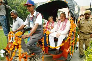 No footprints: Delhi chief minister Sheila Dikshit (left) and Union minister for science and technology Kapil Sibal taking a ride in the newly launched solar-powered rickshaw, on 2 October. Manan Vats