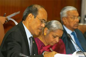 Damage control: An 11 December photo of Reserve Bank of India governor D. Subbarao (left) with deputy governor Shyamala Gopinath in Kolkata. Despite government action to contain the effects of global