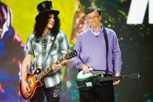 New tune: This 6 January 2008 photo shows guitarist Slash (left) with Microsoft chairman Bill Gates at the CES in Las Vegas. Microsoft may use this year's show to launch its Windows 7 operating syste