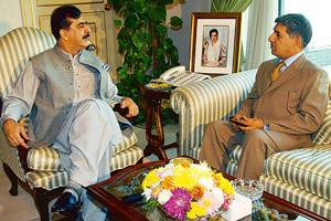 Growing trouble: A file photo of Pakistan Prime Minister Yousuf Raza Gilani (left) with ISI director general Lt Gen. Ahmed Shuja Pasha. AFP