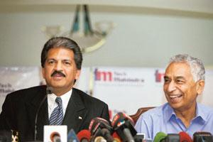 Control lever: Tech Mahindra chairman Anand Mahindra (left) and chief executive officer Vineet Nayyar at a news conference in Mumbai on Monday. The firm won the bid for control of Satyam Computer Ser