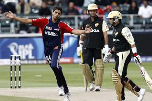 Ashish Nehra of the Dehli Daredevils (L) celebrates after the dismissal of Kolkata Knight Riders' Brad Hodge (R) during their 2009 Indian Premier League (IPL) T20 cricket tournament match in Johannesb