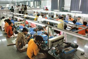 Vulnerable: Diamond workers in a factory near Surat. EPFO received many claims from workers in export sectors hit by the downturn.  Amit Dave / Mint