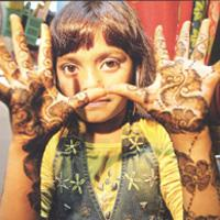 Before leaving for the Oscars ceremony, Rubina's cousin painted her hands with 'henna'.
