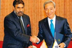 Cementing deal: Minister for commerce and industry Anand Sharma (left) with his South Korean counterpart Kim Jong-hoon. Lee Jin-man / AP