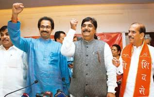 Joint front: Shiv Sena executive president Uddhav Thackeray (left) and BJP general secretary Gopinath Munde in Mumbai on Saturday. PTI