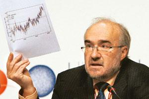 Increasing pressure: WMO's Jarraud holds up a temperature chart during a press conference at the Climate Conference in Copenhagen. Anja Niedringhaus/AP