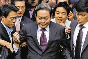 Bailed out: Former Samsung chairman Lee Kun-hee (centre). Jo Yong-Hak / Reuters
