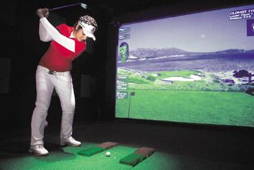 Game on: You can choose from 16 golf courses in the simulator. Pradeep Gaur / Mint