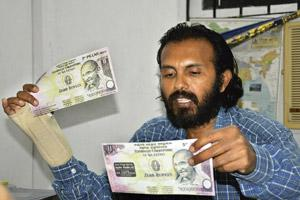 Spreading awareness: 5th Pillar's Vijay Anand with the zero-rupee notes. He urges people to fight corruption by offering the notes, which contain the promise to neither accept nor pay a bribe, to gove