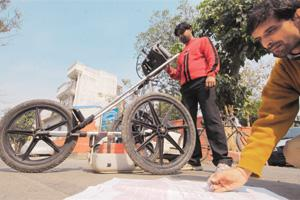Tedious groundwork: Harish and Babban, two members of the DSSDI project, use a ground-penetrating radar machine for their mapping work in Priyadarshani Vihar, east Delhi. Ramesh Pathania / Mint