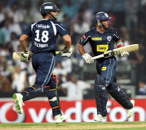 Trot, trot: Deccan Chargers captain Adam Gilchrist (L) and Gibbs running between the wickets during the first match playing between Deccan Chargers and Kolkata Knight Riders in the opening session of