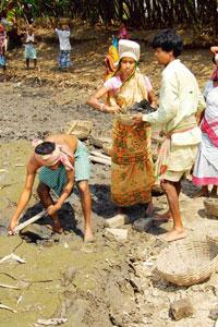Failed effort: MNREGS workers dredging a water body at Hasnan village in West Bengal's Hooghly district. Indranil Bhoumik/Mint