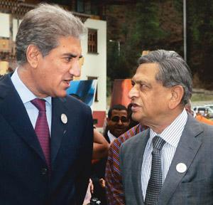Reviving talks: A 27 April photo of foreign minister S.M. Krishna (right) with his Pakistani counterpart S.M. Qureshi at Saarc meet in Thimpu. Manish Swarup/AP