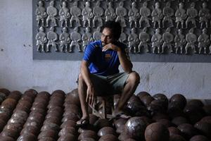 Artist Rias Komu, with his works at his studio in Mumbai. Abhijit Bhatlekar/Mint