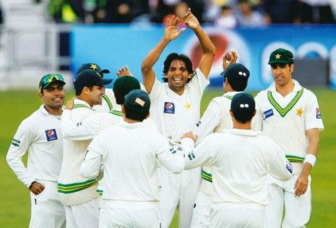 Predatory: Pakistan's Mohammad Asif (centre) lures the batsman into making errors.