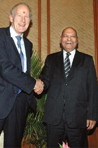 Ending speculation: Cairn Energy chief executive Bill Gammell (left) and Vedanta chairman Anil Agarwal at a press conference in Mumbai. Ashesh Shah / Mint