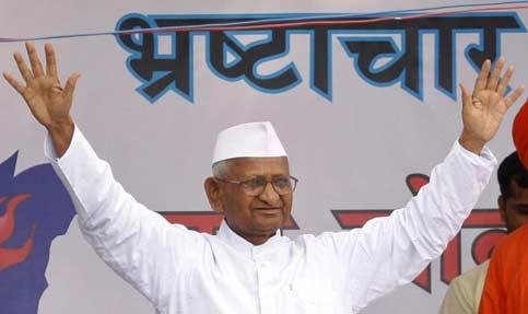 Social activist Anna Hazare waves to his supporters after he called off his hunger strike during a campaign against corruption in New Delhi. Photo: Reuters
