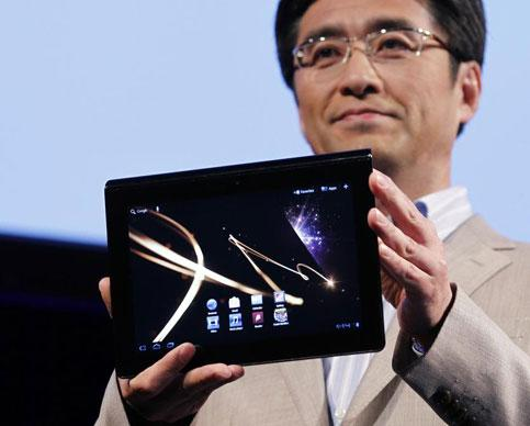 Kunimasa Suzuki, deputy president of Sony's consumer products and services group, holds Sony's first tablet PC S1 at its unveiling ceremony in Tokyo, on Tuesday. Photo: Reuters