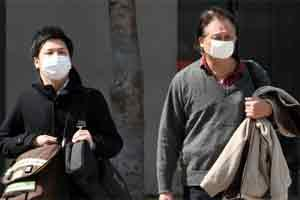Tourists wearing surgical masks. Photo: Bloomberg