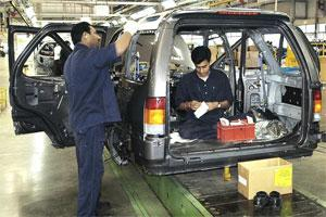 Tata Motors technicians complete the final assembly of passenger cars. Photo: Bloomberg.