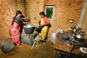 No smoking: Women using an ARTI stove to cook a mid-day meal at a school in Jawhar, Thane. Abhijit Bhatlekar/Mint
