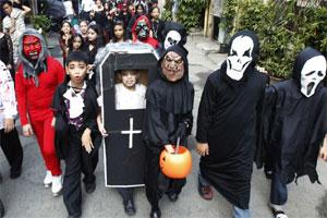 Students from the Brainshire Science School dress in Halloween costumes as they parade along the main street of Paranaque, in Metro Manila  28 Oct (Photo : Reuters)