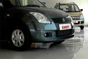A Maruti Swift and a WagonR are displayed at a dealership in New Delhi. Photo: Bloomberg.
