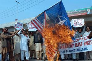 Pakistani protesters burn a US flag during a protest in Multan. Photo: AFP