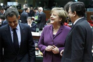 French President Nicolas Sarkozy (L) talks with German Chancellor Angela Merkel (C) and European Commission president Jose Manuel Barroso (R). Photo: Reuters
