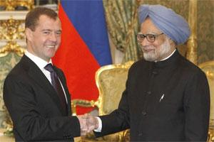 Russian President Dmitry Medvedev (L) shakes hands with Prime Minister Manmohan Singh. Photo: Reuters