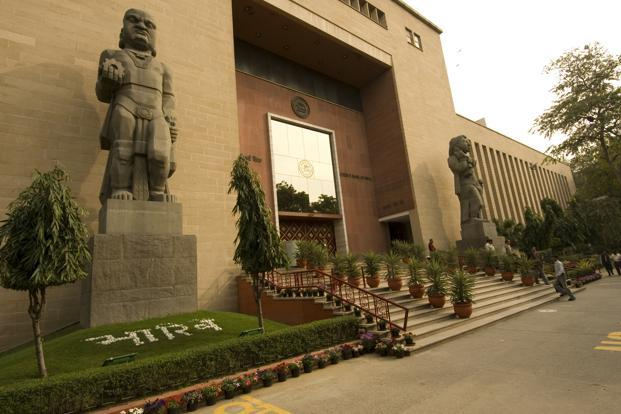 The Reserve Bank of India did well on Monday to respond with just a token cut in the cash reserve ratio to 4.5% from 4.75%. Photo: Mint