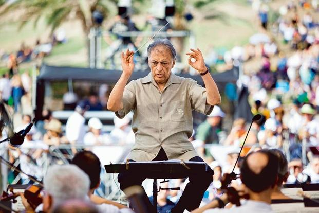 Zubin Mehta warms up before conducting a performance. Photo: Uriel Sinai/Getty Images.